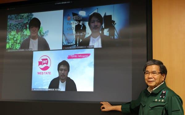 熊本県が誘致したスタートアップ3社のグループ設立の報告を受けた蒲島知事(27日、熊本市)