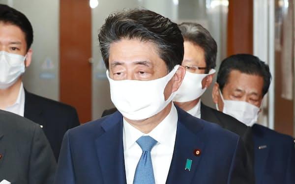 自民党役員幹部会を終えた安倍首相(28日、党本部)