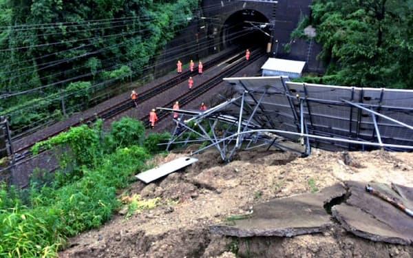 神戸市では豪雨で太陽光パネルが崩れ、新幹線の運行に支障が出た(18年)
