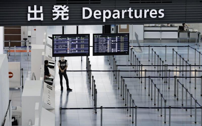 新型コロナウイルスの影響で閑散とする羽田空港第3ターミナルの国際線出発ロビー(5月12日)