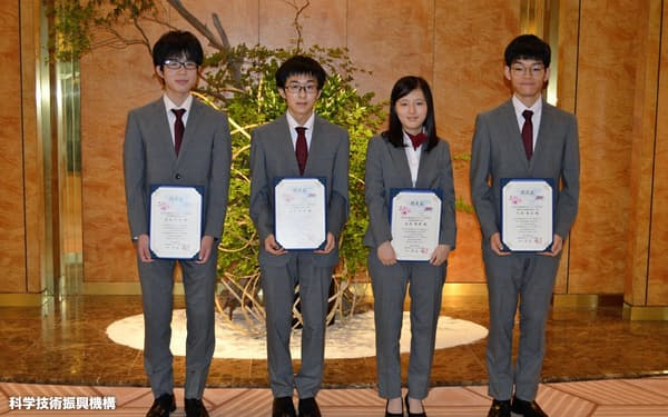 国際生物学オリンピックで好成績を収めた日本代表の高校生たち(科学技術振興機構提供)