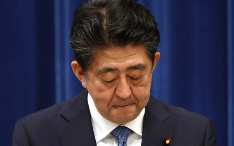 記者会見で辞任の意向を表明する安倍首相(28日、首相官邸)