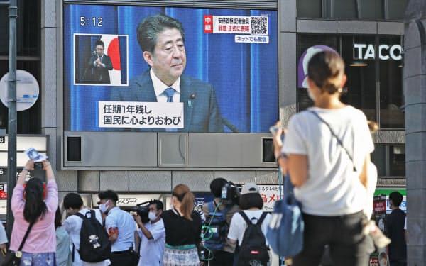 記者会見で辞任の意向を表明した安倍首相を映す街頭モニター(8月28日、大阪市中央区)