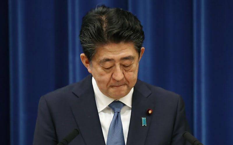 記者会見で辞任の意向を表明し、陳謝する安倍首相(28日、首相官邸)