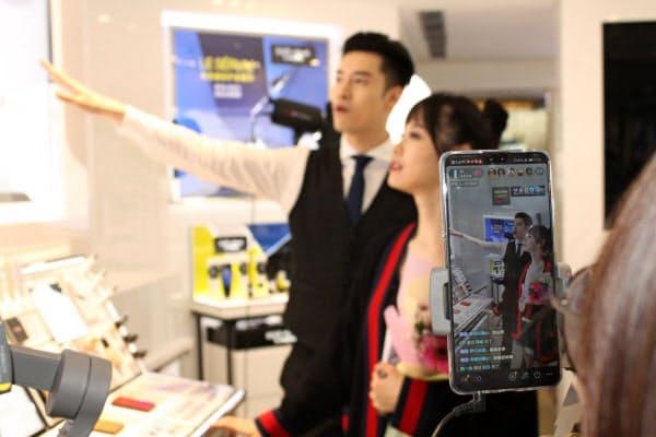 中国ではTikTokで生中継しネットで商品を販売する「ライブコマース」が普及している