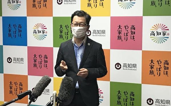 安倍首相の辞意表明を受け、報道陣の質問に答える浜田高知県知事(28日午後6時過ぎ、高知県庁)