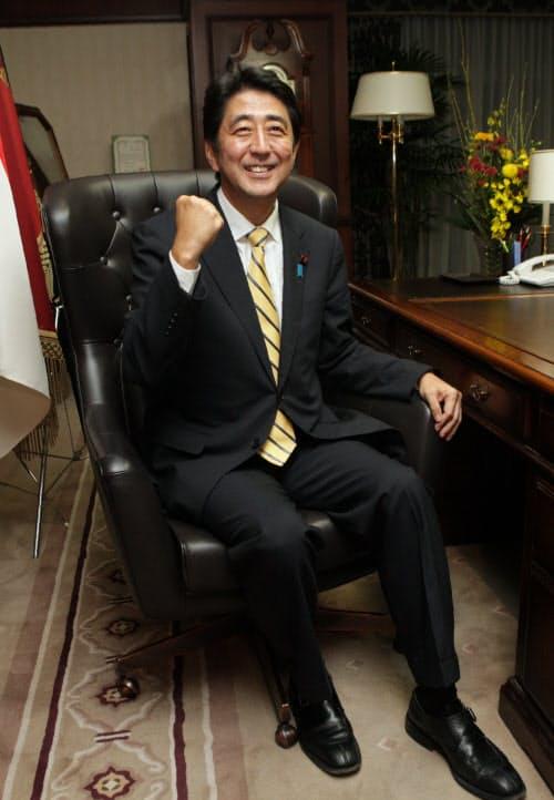 野党時代に自民党総裁に選出され、総裁の椅子に座る安倍新総裁(2012年9月26日)