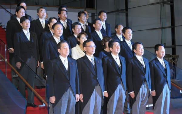 第2次安倍内閣が発足し、記念写真に納まる閣僚(2012年12月26日、首相官邸)
