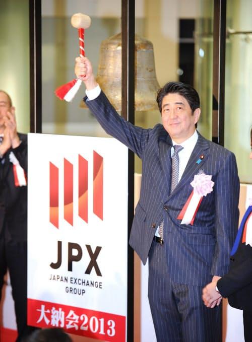 東証の大納会で鐘を鳴らし、ポーズを取る安倍首相(2013年12月30日、東証)