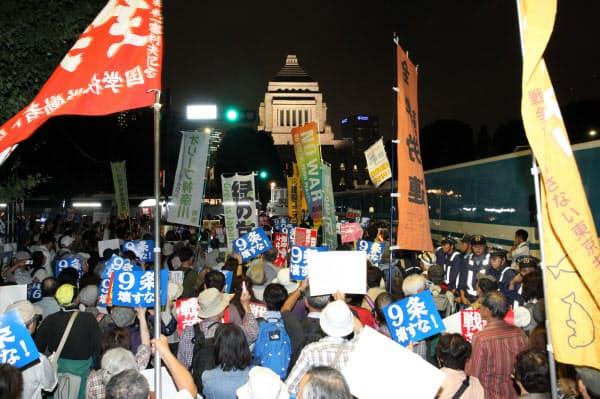 安全保障関連法案に抗議し、国会前に集まった人たち(2015年9月18日)
