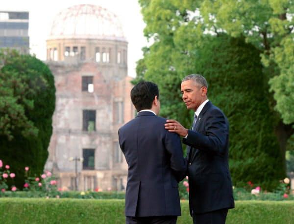 主要国首脳会議(伊勢志摩サミット)の閉幕後、オバマ米大統領(右)とともに広島を訪問した安倍首相。後方は原爆ドーム(2016年5月27日、広島市)