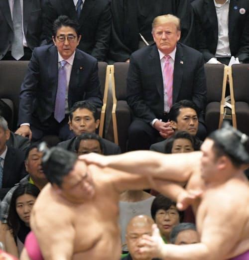 大相撲夏場所千秋楽で、優勝した朝乃山(手前右)の対戦をトランプ米大統領(右)とともに観戦する安倍首相(2019年5月26日、東京・両国国技館)