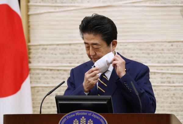 新型コロナウイルスの感染拡大に伴う緊急事態宣言の発令を踏まえ、記者会見に臨む安倍首相(2020年4月7日、首相官邸)