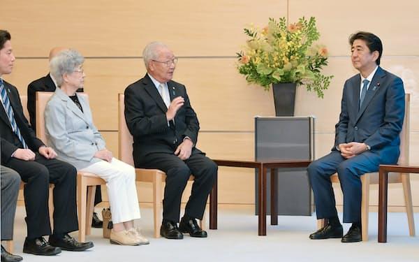 安倍首相と面会する拉致被害者家族会の飯塚繁雄代表(右から2人目)、横田早紀江さん(同3人目)ら(2018年5月28日午後、首相官邸)