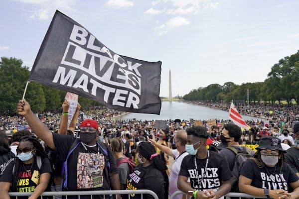 28日、デモ参加者は「ブラック・ライブズ・マター(黒人の命は大切だ)」とのスローガンを叫んだ(米ワシントン)=AP