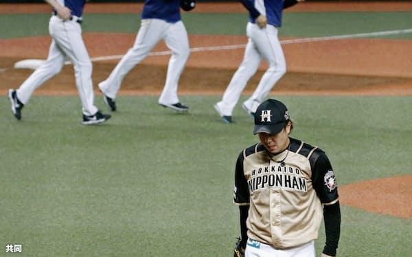 九回、満塁から逆転サヨナラ2点打を打たれた日本ハム・堀。土壇場では一球が明暗を分ける(27日)=共同