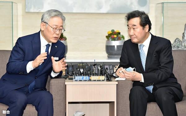 7月に会談した韓国前首相の李洛淵氏(右)と京畿道知事の李在明氏=聯合