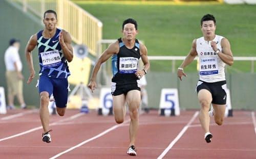 男子100メートル予選 10秒05で決勝進出を決めたケンブリッジ飛鳥(左)。右は10秒07の桐生祥秀(29日、福井県営陸上競技場)=共同