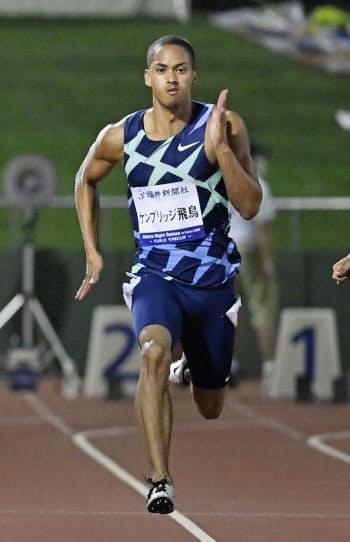 男子100メートル決勝 10秒03で優勝したケンブリッジ飛鳥(29日、福井県営陸上競技場)=共同