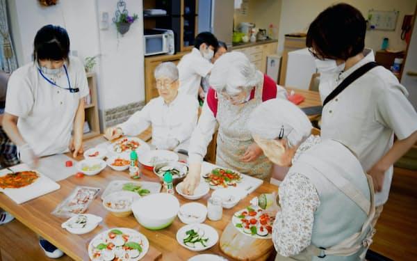 感染対策を徹底しながら認知症の人も一緒にピザ作り(東京都世田谷区の「くらら上野毛」)