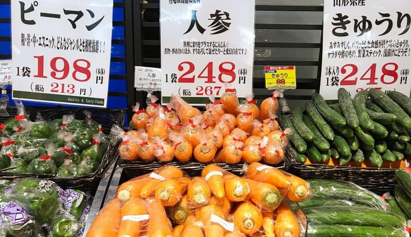 野菜の高値は経済活動のブレーキになる可能性もある(8月、都内のスーパー)