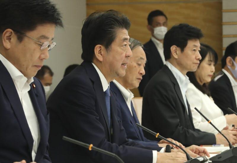 新型コロナウイルス感染症対策本部の会合で発言する安倍首相(28日、首相官邸)