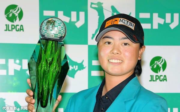 初優勝に続く2戦連続優勝を果たした笹生優花(30日、小樽CC)=代表撮影・共同