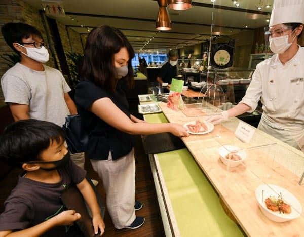 都民限定プランを利用して宿泊し、レストランへ食事に訪れた家族連れ(26日、東京都文京区の東京ドームホテル)