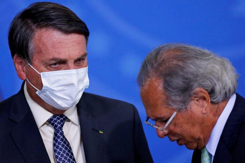 ブラジルのボルソナロ大統領(左)とゲジス経済相(19日、ブラジリア)=ロイター