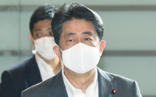 首相官邸に入る安倍首相(31日午前)