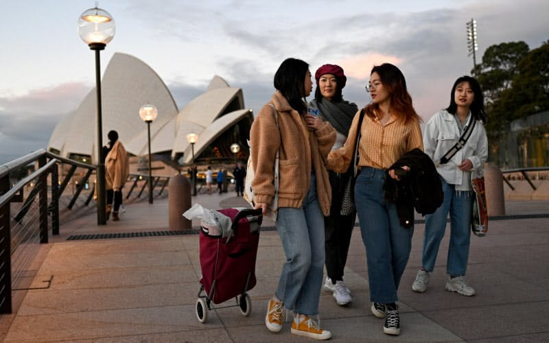 オーストラリア政府は、同国への移民を対象に英語教育を無償提供する=ロイター