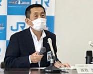 記者会見する西牧社長(高松市のJR四国本社)