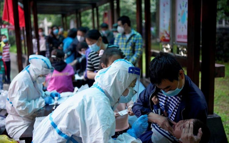 中国では地方での医師不足が深刻で、大都市の病院では長時間待たされることも珍しくない=ロイター