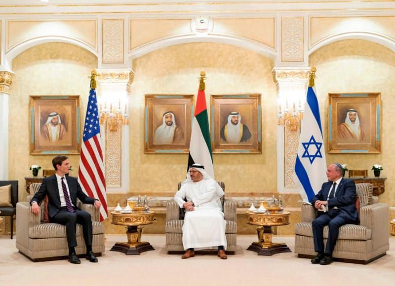 アブダビで8月31日、会談したベンシャバト・イスラエル国家安全保障会議議長(右)、ガルガーシュUAE外務担当国務相(中)、クシュナー米大統領上級顧問(UAE国営通信WAM提供)=ロイター
