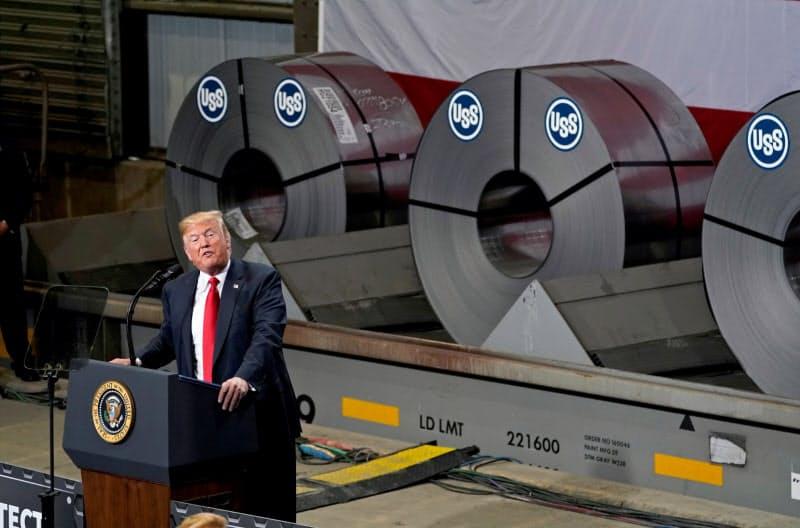 トランプ大統領は国内の鉄鋼産業保護を訴えてきた(2018年7月、イリノイ州)=ロイター