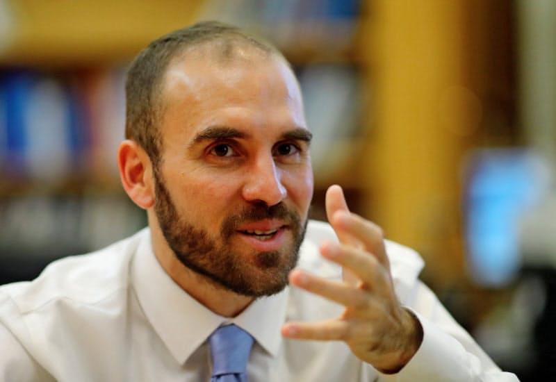 アルゼンチンのグスマン経済相(3月、ブエノスアイレス)=ロイター