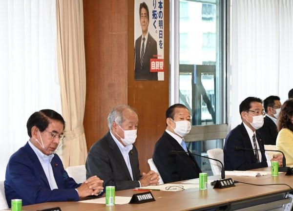 自民党総務会に臨む二階幹事長(左から3人目)と岸田政調会長(同4人目)=1日午前、自民党本部