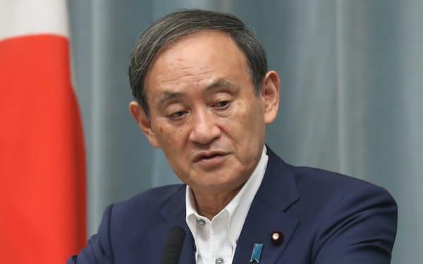 記者会見する菅官房長官(1日午前、首相官邸)