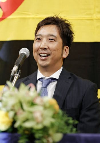 記者会見する阪神の藤川球児投手(1日午後、兵庫県西宮市)=共同