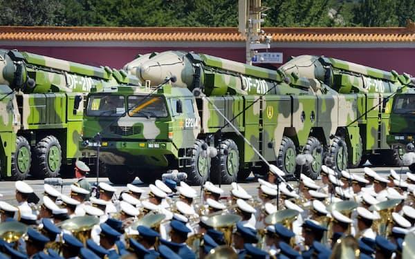 軍事パレードで公開された「空母キラー」とされる対艦弾道ミサイルDF21D(2015年9月3日、北京)=柏原敬樹撮影