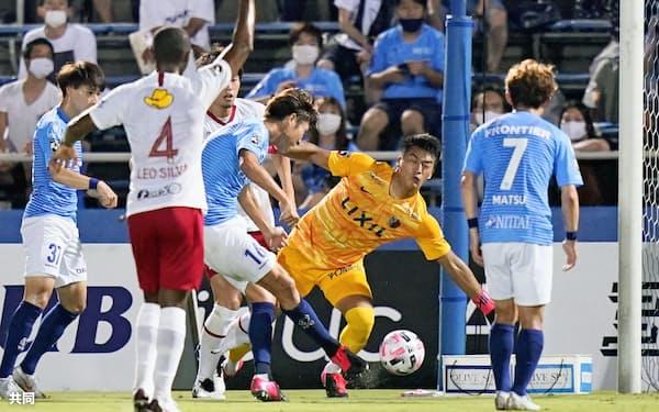 8月19日の鹿島戦で先制ゴールを決める横浜FC・皆川(中央)=共同