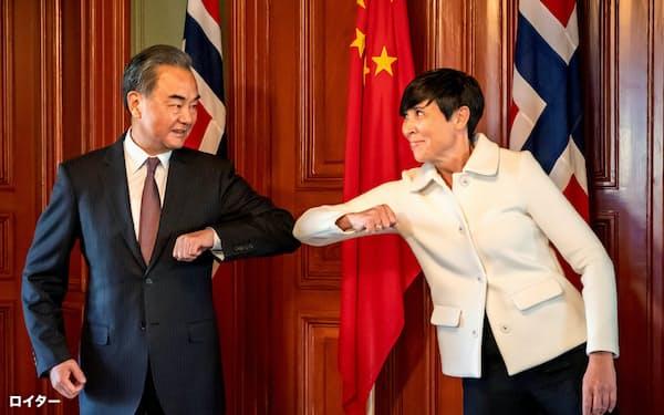 中国の王毅外相は欧州5カ国を歴訪し、ノルウェーのスールアイデ外相らと会談した=ロイター・NTBScanpix
