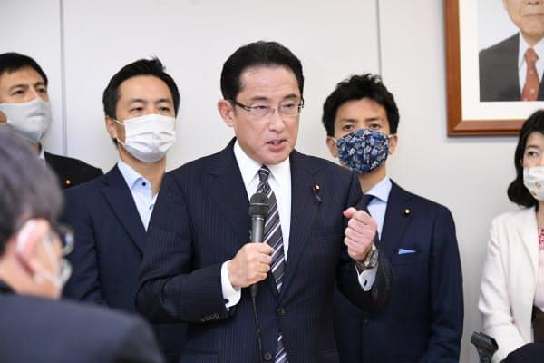 派閥の会合で総裁選出馬を表明する岸田政調会長(1日、東京都千代田区)