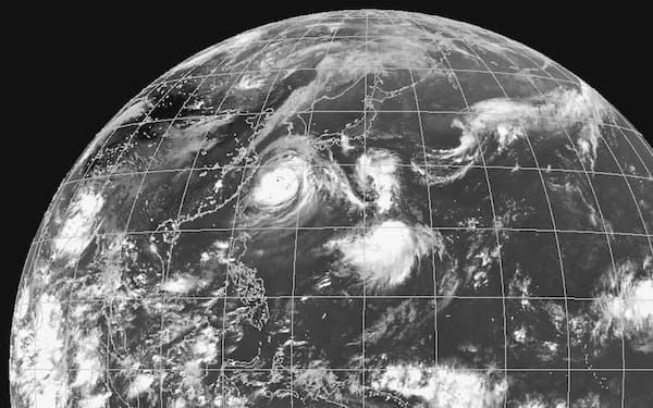 1日には台風9号東側の離れた場所にも発達した雲が現れた。中央の別の雲の塊は台風10号になる見通し(1日午後3時、気象庁提供)