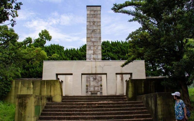 黒鳥山公園にある信太山忠霊塔(8月、大阪府和泉市)