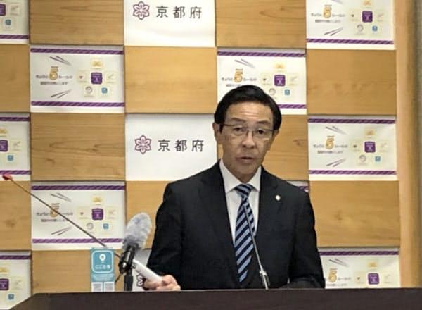 記者会見で今後の新型コロナウイルス対策などを説明する京都府の西脇隆俊知事(1日、京都府庁)