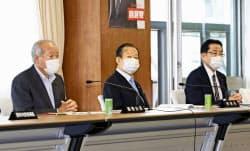 自民党の総務会に臨む(左から)鈴木総務会長、二階幹事長、岸田政調会長=1日午前、東京・永田町の党本部