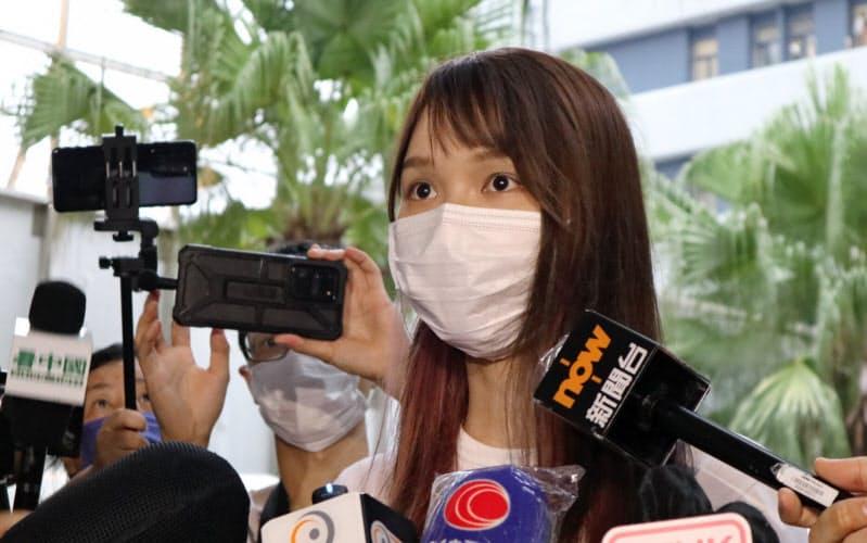 1日、香港警察への出頭後に取材に応じる周庭氏