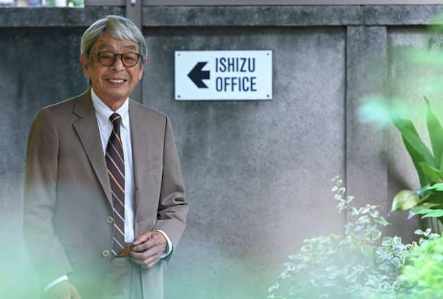 「スーツは男にとって一番おしゃれのしがいがあるスタイルなんです」と話す石津祥介さん