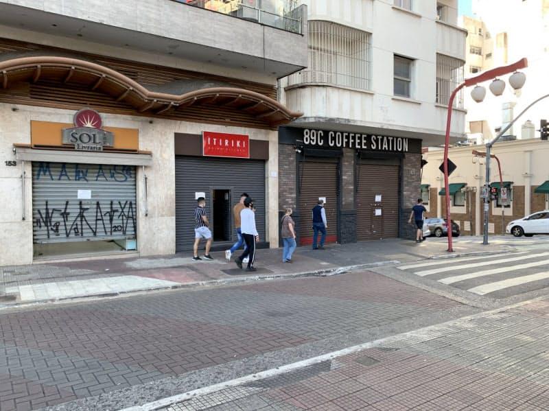 新型コロナ対策で営業を制限された店舗(6月、サンパウロ)